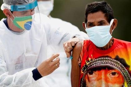 Paulino Hupdah, de 73 años, de la etnia indígena Hupda, recibe una vacuna contra la enfermedad del coronavirus de Sinovac (COVID-19), en la aldea indígena de Santo Atanasio, durante un operativo de vacunación de comunidades indígenas en el Alto Río Negro fronterizo con Colombia, en el Distrito de Sao Gabriel da Cachoeira del estado brasileño de Amazonas, Brasil. 3 de marzo de 2021. REUTERS / Ueslei Marcelino