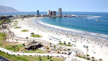 La playa Cavancha en Iquique, ciudad cuyas cifras de contagio aumentaron peligrosamente durante las últimas semanas.  Actualmente fue dispuesta una cuarentena que mantiene sus balnearios y centros de esparcimiento completamente cerrados