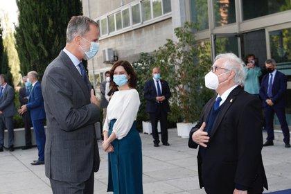 23/09/2020 El Rey Felipe VI saluda a ministro de Universidades en  presencia de la presidente de la Comunidad de Madrid en el acto de apertura del año académico. POLITICA ESPAÑA EUROPA MADRID SOCIEDAD CASA REAL
