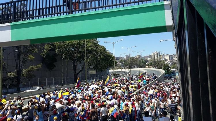Miles de venezolanos están en las calles de todo el país (@dmurolo)