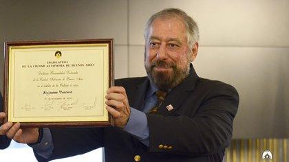 El escritor y biógrafo Alejandro Vaccaro en 2018, cuando fue declarado Personalidad Destacada de la Cultura por la Legislatura porteña