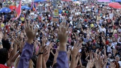 En el centro de Río de Janeiro, las manifestantes lanzaron igualmente proclamas contra Bolsonaro y rindieron un homenaje al maestro de capoeira y compositor Romualdo Rosário da Costa, más conocido como Moa do Katende, asesinado durante una discusión política tras la primera vuelta de los comicios del 7 de octubre. El artista fue apuñalado doce veces por la espalda por un hombre de 36 años tras mantener una discusión sobre el resultado de las elecciones en un bar de Salvador