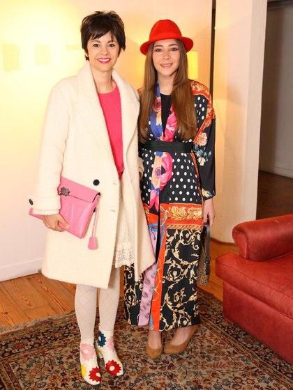 La periodista brasileña, Marlise Ilhesca y la artista saudí, Fatima Al-Banawi