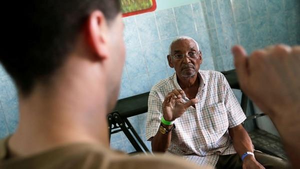 Un paciente con artritis realizan ejercicios, guiado por personal estadounidense (Reuters)