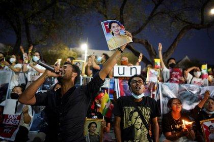 Manifestantes piden la liberación de la líder depuesta Aung San Suu Kyi (REUTERS/Athit Perawongmetha)