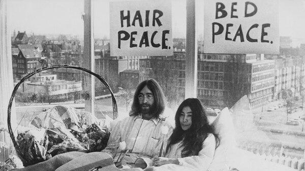 """Bed-In. """"La cama de la paz"""" fue una manifestación contra la guerra realizada durante dos semanas en Ámsterdam y en Montreal. (Getty)"""