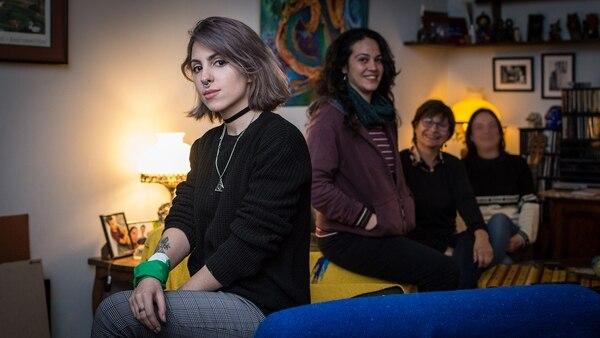 Al frente, Juliana. Atrás, su prima Alejandra, su mamá y su tía (Martín Rosenzveig)