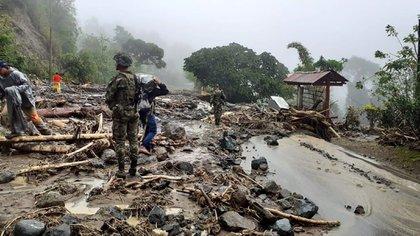 Fotografía cedida hoy por el Ejército Nacional de Colombia que muestra el lugar donde ocurrió un deslizamiento de tierra por las fuertes lluvias en la vía Uramita-Dabeiba, en Antioquia (Colombia). EFE/ Ejército Nacional de Colombia