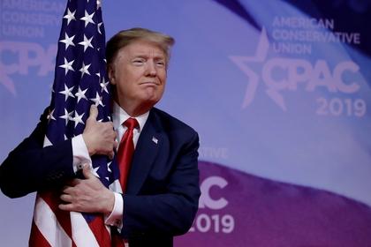 El presidente Donald Trump, aferrado a la bandera de Estados Unidos (REUTERS/Yuri Gripas/File Photo)