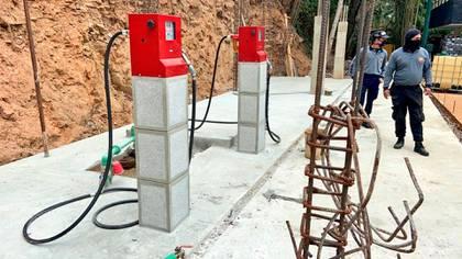 Las bombas de combustible en la gasolinera clandestina en Baruta