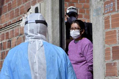 Una brigada de salud recorre las calles para detectar casa por casa casos de la covid-19, en La Paz (Bolivia)