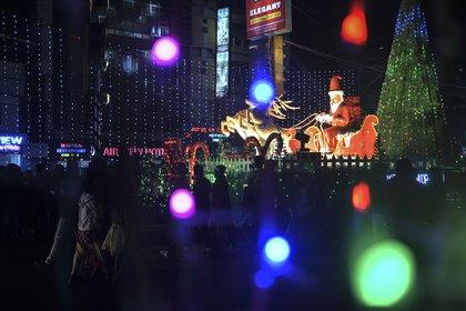 Decoraciones de Navidad en Siliguri (Photo by DIPTENDU DUTTA / AFP)
