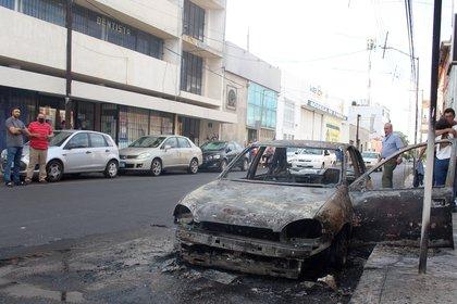 Presuntos miembros de bandas criminales incendiaron vehículos y bloquearon carreteras, este sábado en la ciudad de Celaya, en el estado de Guanajuato (México). EFE