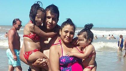 Cinthia Choque junto a su marido, Cristian, y sus dos hijas de 4 y 7 años (Facebook: Cinthia Cyc)