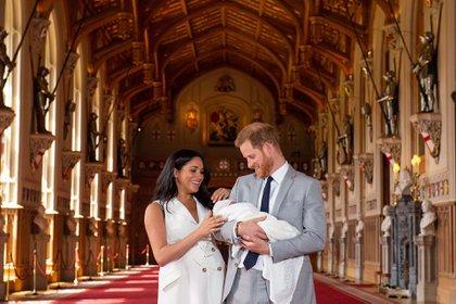 Los duques de Sussex presentando a su hijo Archie en mayo de 2019 (Shutterstock)