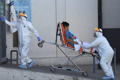 Personal de la salud conduce a un paciente contagiado con covid-19 en el Hospital General en la fronteriza Ciudad Juárez, estado de Chihuahua (Foto: EFE/ Luis Torres/Archivo)