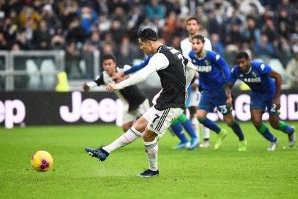 Ronaldo convirtió de penal para darle la igualdad a la Juventus  REUTERS/Massimo Pinca