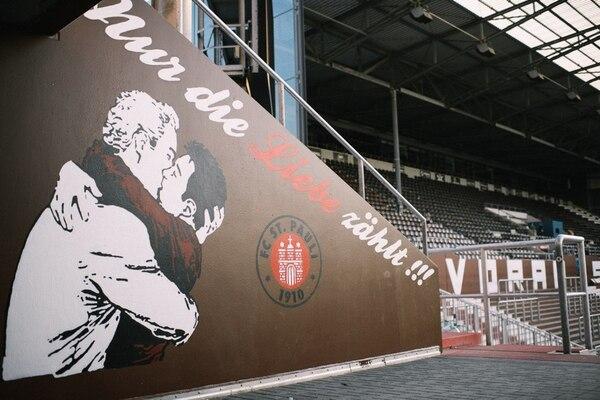 """""""Lo único que importa es el amor"""", es una de las frases que se pueden leer dentro del estadio, junto a la imagen de dos hombres besándose"""