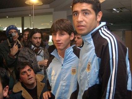 Messi y Riquelme previo a un choque por Eliminatorias con la selección argentina (Foto NA: Carlos Brigo)