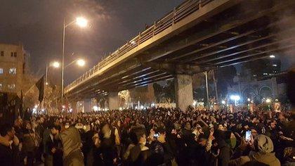 """Los iraníes exigieron que se enjuicie a los """"mentirosos"""" que engaron el ataque durante tres días (Twitter)"""