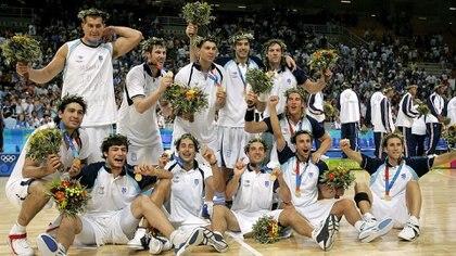 La selección de básquet en lo más alto del mundo con la medalla dorada en los Juegos Olímpicos de Atenas 2004 (AP)