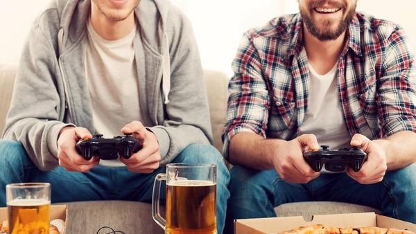 Los aspectos negativos de la vida en pareja, que obviamente existen, son tema de conversación en los encuentros entre amigos este día (Getty Images)