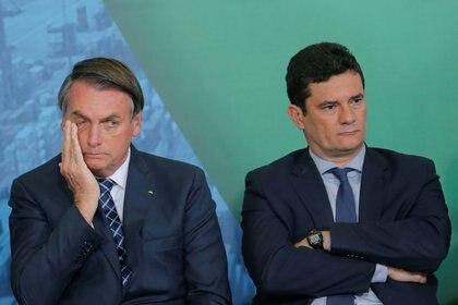 Foto de archivo del presidente de Brasil, Jair Bolsonaro, gesticulando junto al ex ministro de Justicia, Sergio Moro, durante una ceremonia en el Palacio de Planalto, en Brasilia. Dic 18, 2019. REUTERS/Adriano Machado