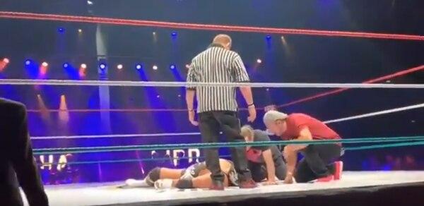 El staff atiende al peleador, pero no se nota ningún médico en el cuadrilátero (Foto: Captura de pantalla)