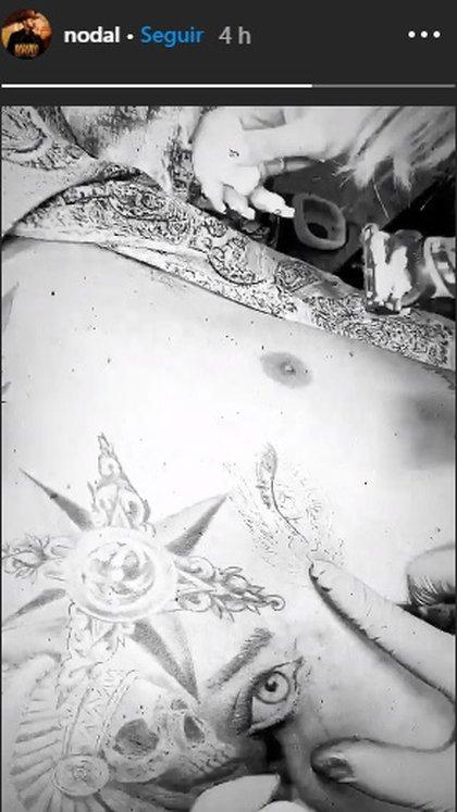 Christian Nodal dejó ver parte del proceso de su tatuaje