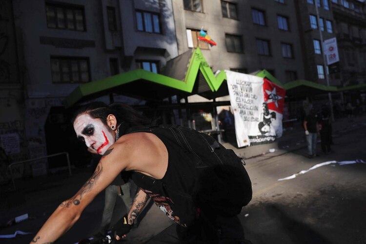 Un hombre protesta en las calles de Santiago con el rostro pintado como el Joker. (REUTERS/Ivan Alvarado)
