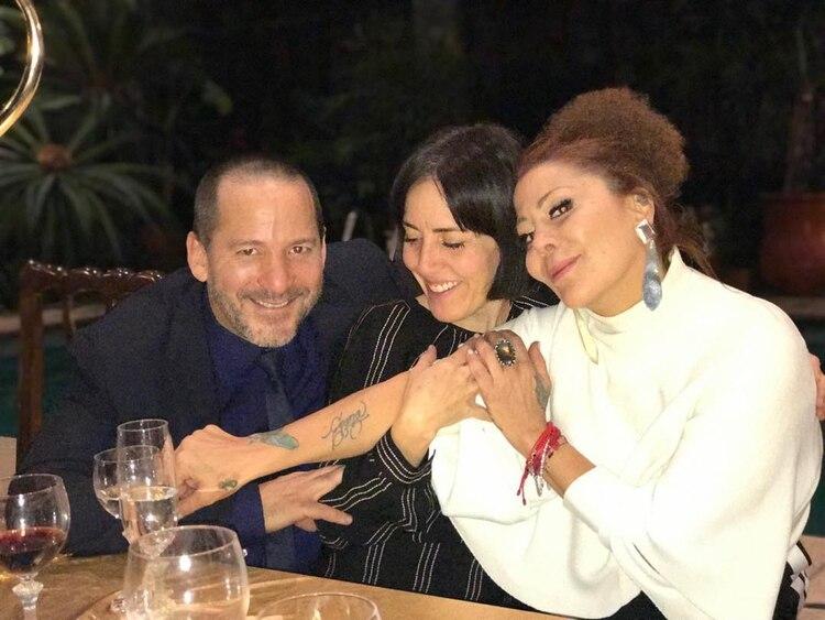Alejandra posó junto a su hermano Luis Enrique y a su sobrina Stephanie Salas
