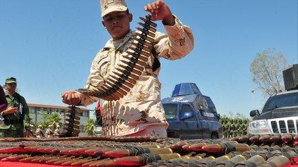 Agentes del Ejercito Mexicano muestran las municiones y vehículos con modificación de blindaje artesanal, hallados y confiscados en un campamento de la delincuencia organizada, en la población de Saguaripa, del estado de Sonora (México). EFE/Archivo