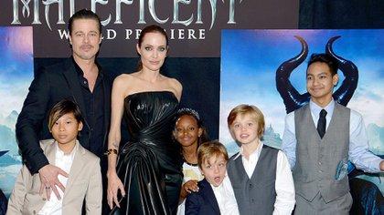 Brad Pitt con sus hijos y Angelina Jolie
