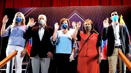 Juan Guaidó juramentó al equipo organizador de la consulta popular (@jguaido)