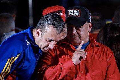 Diosdado Cabello y Tareck El Aissami están acusados de tener estrechos vínculos con Hezbollah (EFE/Nathalie Sayago)