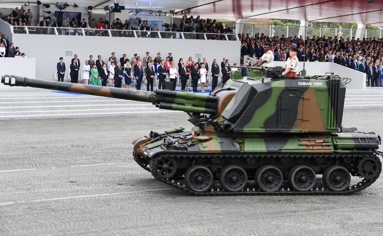 """Un cañón autopropulsado de 155 milímetros AUF1 bautizado """"Mont Igman 95"""", en honor al despliegue militar francés en Bosnia en 1995 (Alain JOCARD / AFP)"""