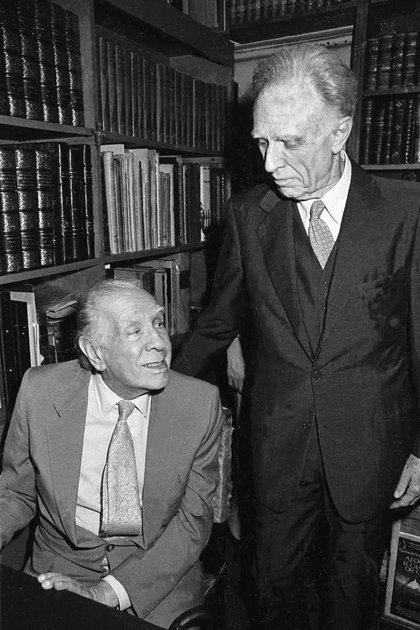 Borges, con su amigo Adolfo Bioy Casares, en su despedida de Buenos Aires. Poco después de este encuentro falleció en Ginebra, Suiza