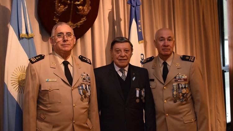 El Prefecto Mayor VGM Eduardo Olmedo (centro) y los Ayudantes Mayores, también veteranos de guerra, Juan Baccaro (izquierda) y José Ibañez (derecha)
