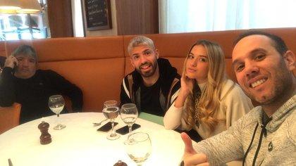 En una mesa familiar, junto a Leonel del Castillo, el padre del delantero del Manchester City