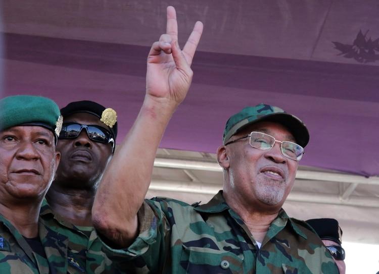 El presidente de Surinam, Desi Bouterse, hace un gesto a sus partidarios en Paramaribo, Surinam, el 22 de enero de 2020. (REUTERS/Ranu Abhelakh)