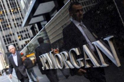 Personas caminando por el edificio JP Morgan & Chase Co. en Nueva York. Foto de archivo 24 oct 2013 file photo.  REUTERS/Eric Thayer/File Photo