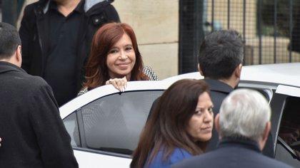 Cristina Kirchner sonríe en la puerta de Comodoro Py. El juicio oral en su contra podría posponerse (Foto de archivo: Adrián Escandar)