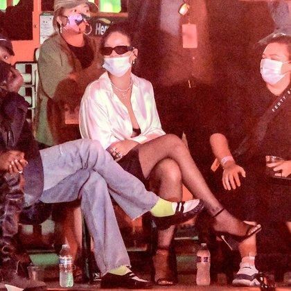 Rihanna está trabajando en un proyecto secreto en Los Ángeles que ha generado una gran expectativa entre sus fans. La cantante y diseñadora vestía una camisa blanca y pantalones cortos de cuero negro. Junto a ella estaba su estilista, Jahleel Weaver, y el rapero Young Thug. Esta es su primera salida pública desde que sufrió un accidente de scooter eléctrico (Foto:  Splash News/The Grosby Group)