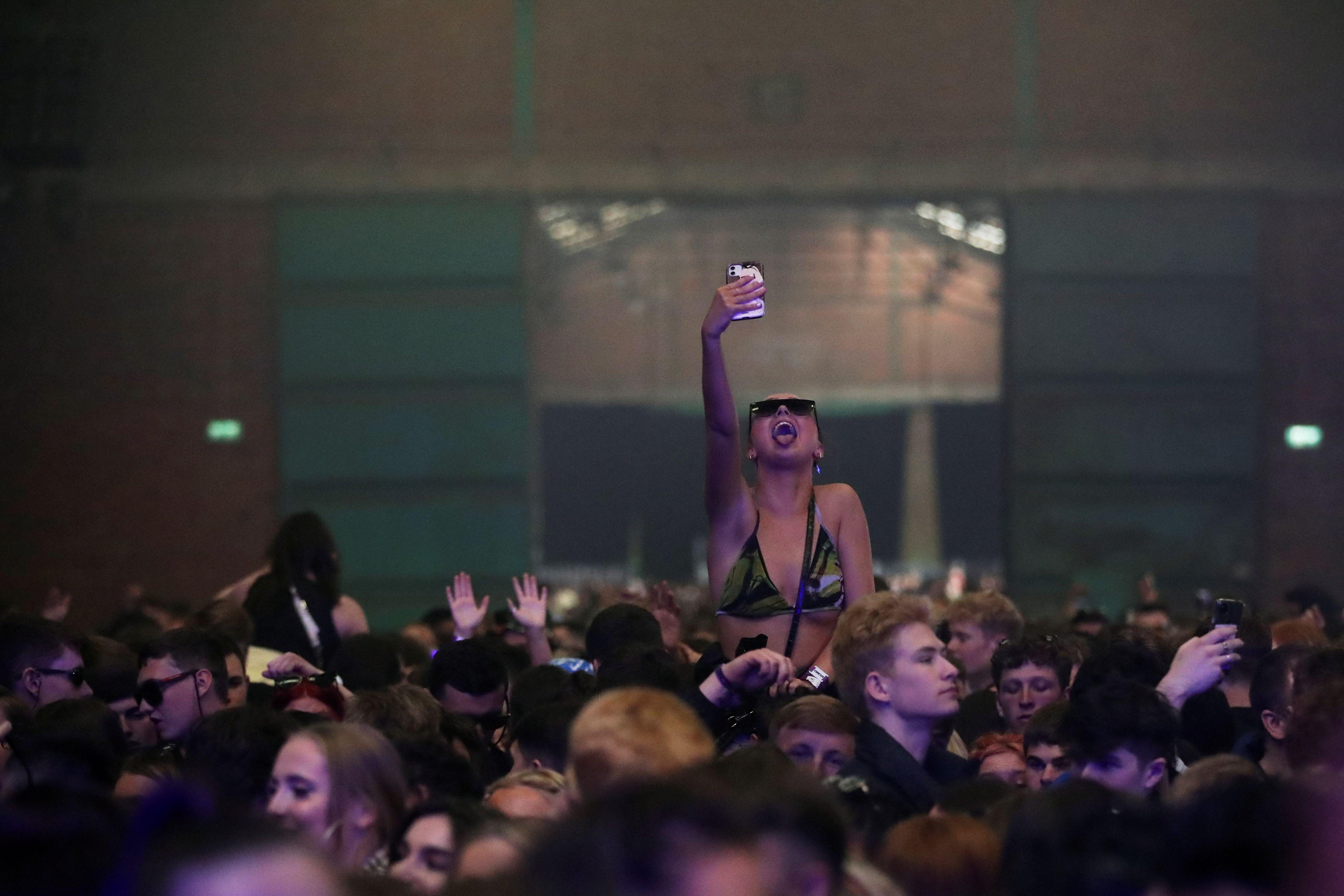 Una mujer disfruta en Circus, como parte de un programa de investigación nacional que evalúa el riesgo de transmisión de la enfermedad del coronavirus (COVID-19), en Liverpool, Gran Bretaña, el 30 de abril de 2021. REUTERS / Carl Recine