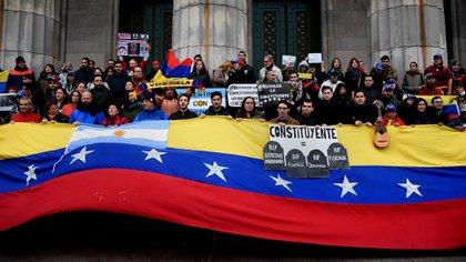 Un grupo de venezolanos protesta en la Facultad de Derecho de la UBA (Foto: Nicolás Stulberg)