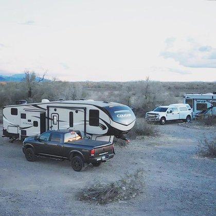 Una camioneta y un motorhome de 11 metros de largo son los bienes que posee la familia @totalmenteperdidos