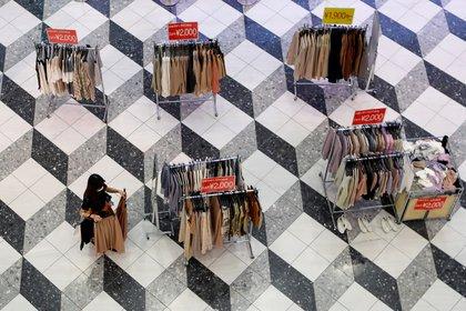 La distribución de la mercadería en una tienda de indumentaria es más espaciada en Tokio - REUTERS/Issei Kato