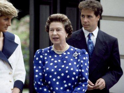 La reina Isabel II, con la princesa Diana y David Armstrong-Jones , hijo de la princesa Margarita, en agosto de 1987