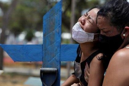 Imagen de archivo de dos personas llorando por la muerte de un familiar en el cementerio Parque Taruma de Manaos, Brasil (REUTERS/Bruno Kelly)