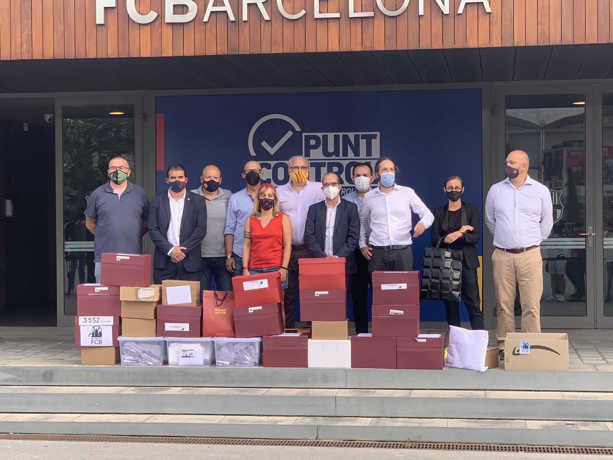 Los promotores de la moción de censura al presidente del FC Barcelona, Josep Maria Bartomeu, y su Junta Directiva, entregaron las firmas necesarias para emprender el voto de censura
